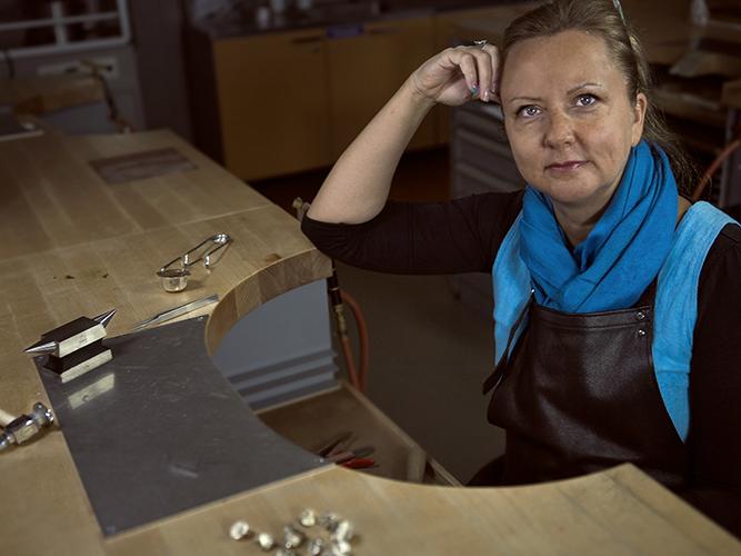Annukka Pitkänen, työnsä ääressä
